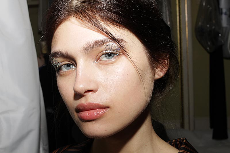Make-up at Genny FW 2018 2019. Glitter eyes and a beautiful skin